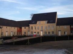 Deze kwalitatieve woning op een boogscheut van Lichtervelde-centrum en nabij afrit E403. Deze nieuwbouw omvat een inkomhall met trap, 2 toiletten, woo