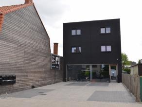 Modern recent (2013) gebouw bestaande uit: GELIJKVLOERS HANDELSPAND MET PARKING8 STUDIOS MET KEUKEN1 TOILET EN 1 DOUCHE/VERDIEPINGFIETSENBERGING IN KE
