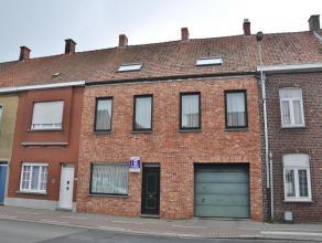 Volledig vernieuwde rijwoning met inkom, ruime woonkamer, 4 slaapkamers, zolder, terras, kelder en dubbele garage.