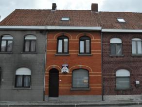 Gesloten woning, instapklaar en bestaande uit: Gelijkvloers:iInkomhal, living (eet- en zitplaats), ruime leefkeuken, overdekt terras, apart toilet, ba