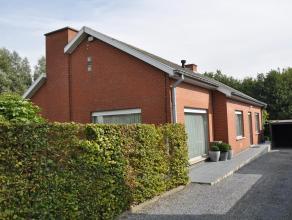 Zeer verzorgde alleenstaande woning op 955 m² in uitstekende staat, alles gelijkvloers: inkom met toilet, living met eetplaats en zithoek, ruime
