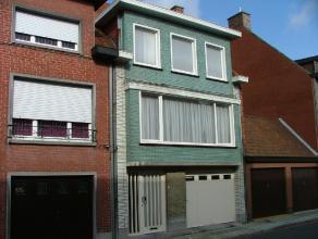 Te renoveren bel-étage woning. Gelijkvloers: inkom, garage, toilet en berging/wasplaats. 1ste verdieping: living, keuken en terras. 2de verdiep