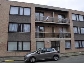 Ruim appartement met woonkamer, keuken, 3 slaapkamers, badkamer, terras voor - en achteraan en garage.