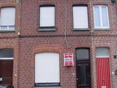 Woning met inkom, leefruimte, keuken, terras, wasplaats, een badkamer.Op de eerste verdieping zijn er 2 slaapkamers.Op de tweede verdieping is er een