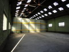Nabij belangrijke invalswegen, in een erkend industriegebied : loods / stapelplaats van ong. 360 m² , huurprijs / maand : 670 euro. Grote schuifp