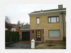 Woning bestaande uit: inkom, living, ingerichte keuken, veranda, 3 slaapkamers, badkamer met douche, kelder, stadstuin, garage. REF.: 5551