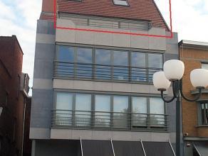 Duplexappartement nabij de Grote Markt (ongeveer 110 m²).  Bestaande uit inkom, toilet, linnenkamer, ruime living met terras, modern ingerichte k