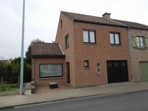 Woning bestaande uit inkom, ruime living met zicht op de tuin, ruime modern ingerichte keuken, aanpalende berging, ruime garage, 2 slaapkamers, badkam