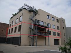 Ruime Loft (225m²) met luxueuze afwerking. Discrete ligging stadskern Ieper. Living met design open haard, bureel, 2 slaapkamers met badkamer. Te