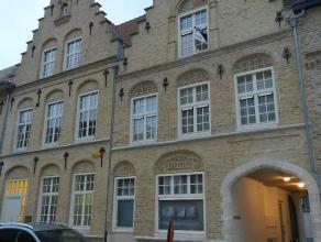 Recent duplexappartement in hartje Ieper, inkom, living met open keuken, badkamer, apart toilet en wasberging, berging onder trap, trap naar verdiepin