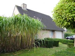 Mooi en goed onderhouden alleenstaande woning (villa) met 4 slaapkamers. Gelijkvloer bestaande uit inkom met apart toilet en traphal, gelijkvloerse sl