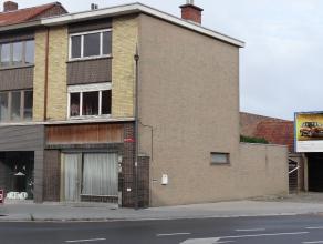 Ieper, ruime woning met 3 slaapkamers, koer en 2 overdekte autostaanplaatsen. Vlotte bereikbaarheid.