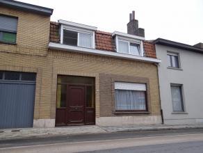Ieper (Sint Jan). Goed onderhouden rijwoning met 4 slaapkamers, bureau, droge kelder, hobby- of atelierruimte, zonnige koer. Opp : 207m².