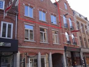 Stadskern Ieper, mooi gerenoveerd duplex dakappartement met 2 tot 3 slaapkamers, ruime overloop, voll ingericht badkamer en groot terras.