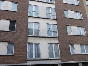 Centrum Ieper: Appartement met 3 kamers en terras, inkom,3 slaapkamers,badkamer met ligbad en douchegordijn en lavabo,apart toilet,keuken met toegang