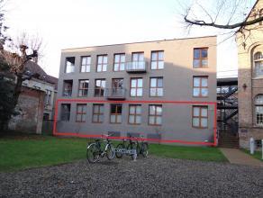 Gelijkvloers appartement Inkom met toilet 3 slaapkamers waarvan 1 met badkamer,aparte badkamer, grote living met open keuken, Zonnig terras,Private ke
