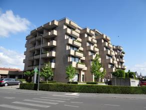 Centrum Ieper, goed onderhouden en ruim appartement met 2 slaapkamers, 2 terrassen, 2 kelders en garage.