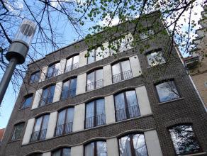 """Centrum Ieper: Appartement met twee slaapkamers en garage -Ruime inkom -Apart toilet -Living met zicht op de groene omgeving """"Veemarkt"""" -Aparte keuken"""