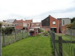 Kloeke woning met tuin in het centrum. Bestaande uit: inkom, living - salon met eetplaats, keuken, washok en toilet. 1ste verdiep: 3 slaapkamers + bad