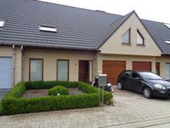 Moderne nieuwbouw met 3 ruime slaapkamers, garage en tuin gelegen te Wevelgem op 289m² Bestaat uit: *Gelijkvloers: inkom, apart toilet, living, m