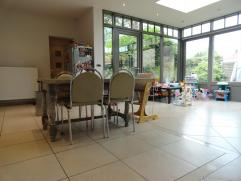 9 jaar geleden gerenoveerde woning bestaande uit: Gelijkvloers: inkom, living, salon, ruime eetkeuken, bureau, berging, toilet, badkamer met douche, b