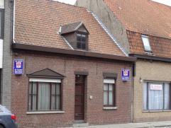 Ruime woning met grote tuin en momenteel 1 slaapkamer gelegen in het centrum van Wevelgem op 300m² Bestaat uit: *Gelijkvloers: inkomhal, living,