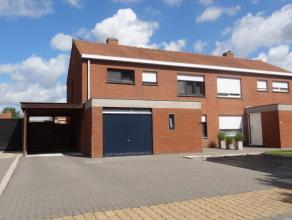 Rustig gelegen half-open woning met 4 slpk, garage, carport en tuin Bestaande uit: Inkom met apart toilet, rechthoekige leefruimte, open geïnstal