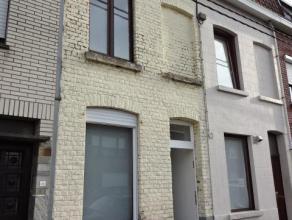 Volledig gerenoveerde woning (2011) met 3 slaapkamers + badkamer Bestaande uit: Gelijkvloers: Inkom, berging voor fietsen, apart toilet, ruime living