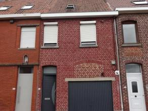 Bestaande uit : -gelijkvloers: inkom, living met moderne keuken (Dovy 2011) en recente badkamer (2011). -1ste verdiep: 2 ruime slaapkamers -2de verdie