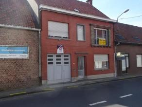 Vlot bereikbare woning aan invalsweg van Wevelgem Bestaande uit: * gelijkvloers: Inkomhall, grote garage, toilet, living met eetplaats, keuken, tuin *