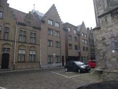 Gemeubeld appartement op 1ste verdieping, kelderberging, living, open ingerichte keuken, 1 slaapkamer, badkamer, berging euro460/mnd plus euro60 gemee