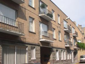 Ruim appartement op de eerste verdiep met drie slaapkamers, inkom, badkamer , grote keuken, binnenkoertje, ruime living, geen lift. Provisie: 100 euro