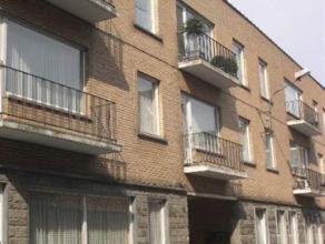 Volledig vernieuwd appartement op tweede verdieping: inkom, living, keuken, 2 slaapkamers, badkamer, balkon. Mogelijkheid tot de huur van een garage v