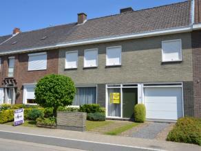 Ruime woning in het centrum van Roeselare, rustige ligging met veel parkeermogelijkheden. Indeling van de woning: Inkom met toilet, leefruimte, keuken
