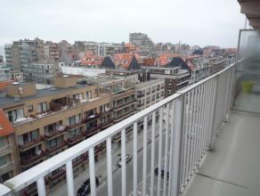 Dit appartement is heel centraal gelegen. Vanop het terras heb je een mooi overzicht op Nieuwpoort Bad met beperkt zeezicht. Indeling: inkom met vesti