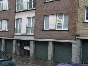 Dit appartement is gelegen in Residentie Iris, op een boogscheut van de Grote Markt en omvat een inkom, een living, een ingerichte keuken, een badkame