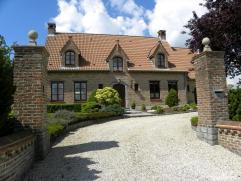 Deze villa ligt in het rustige en pittoreske dorpje Ghoy - Lessen (met mooie fietsroutes en wandelingen). Op amper 10 min. van Geraardsbergen, 15 min.
