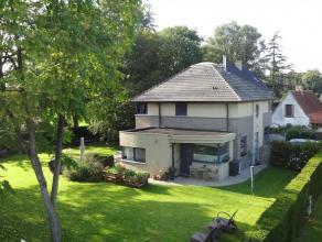 Deze moderne villa van 1997 nabij het centrum van Mariakerke, gelegen vlabij het natuurreservaat ; Ossemeersen/Bourgoyen, werd gebouwd met duurzame ma