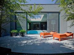 Strakke & tijdloze villa op een perceel van 1 560 m². Afgewerkt met uitermate kwalitatieve materialen. Ruime inkom, toilet, vestiaire, ruime