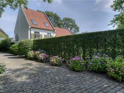Deze mooie villa ligt in een randgemeente van Gent, vlakbij het kanaal Gent-Brugge. Grond opp. van 4 237 m². De omgeving is groen en rustig en to