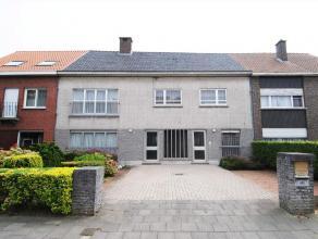Deze woning heeft een gevelbreedte van 13 m. De rechterzijde is de voormalige praktijkruimte met afzonderlijk ingang, ontvangstruimte, bureel en toile