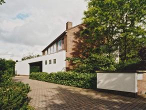 Deze woning werd in een hedendaagse stijl opgetrokken met mooie materialen. De centraal gelegen inkom geeft toegang tot het bureel, de royale leefruim