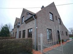 Deze leuke halfopen bebouwing is gelegen in het groene gedeelte van Tielrode. De woning bestaat uit: Op het gelijkvloers een inkomhal met apart toilet