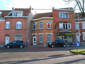 Deze goed onderhouden rijwoning is gelegen nabij het Claeys Bouuaert park te Mariakerke. De woning voorziet een ruime inkomhal, lichtrijke living en e