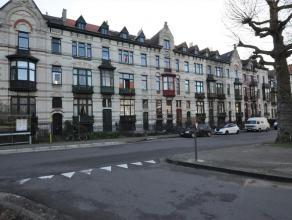 Dit mooi appartement/studio met plankenvloeren bevindt zich op de 2e verdieping (vooraan) van een herenwoning en bestaat uit een leefruimte met ingeri
