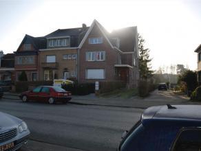 Het appartement bevindt zich op de 1e verdieping en bestaat uit een hall, apart toilet, living met terras, nieuw ingerichte keuken met toestellen, 2 s