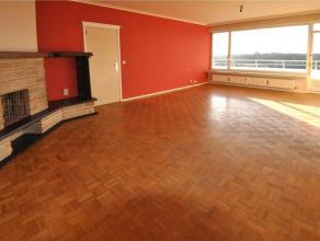 Dit ruim 2 slaapkamerappartement is gelegen op de 6e verdieping in residentie Rijsenberg te Gent. Het appartement omvat een ruime inkomhal, aparte keu
