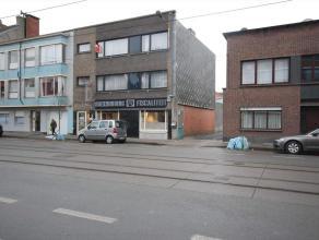Dit appartement, gelegen op de tweede verdieping beschikt over een inkomhall, apart toilet en een ruime leefruimte. Verder is er een keuken met bergin
