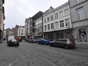 Het appartement is gelegen in het hartje van het Patershol. Het appartement bevindt zich op de 2e verdieping en bestaat uit een hall, living, ingerich
