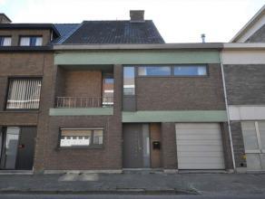 Deze woning werd in 2007 gerenoveerd en voorzien van modern comfort. De indeling is als volgt: inkom met toilet, toegang naar de garage, bureel aan de